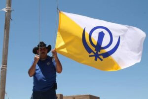 Bandiera del Sikh Dharma issata nella piazza di Espanola, NM